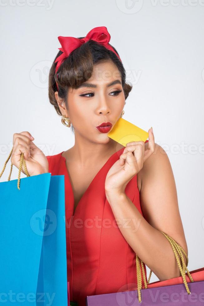 modieuze vrouw die met zak en creditcard winkelt foto