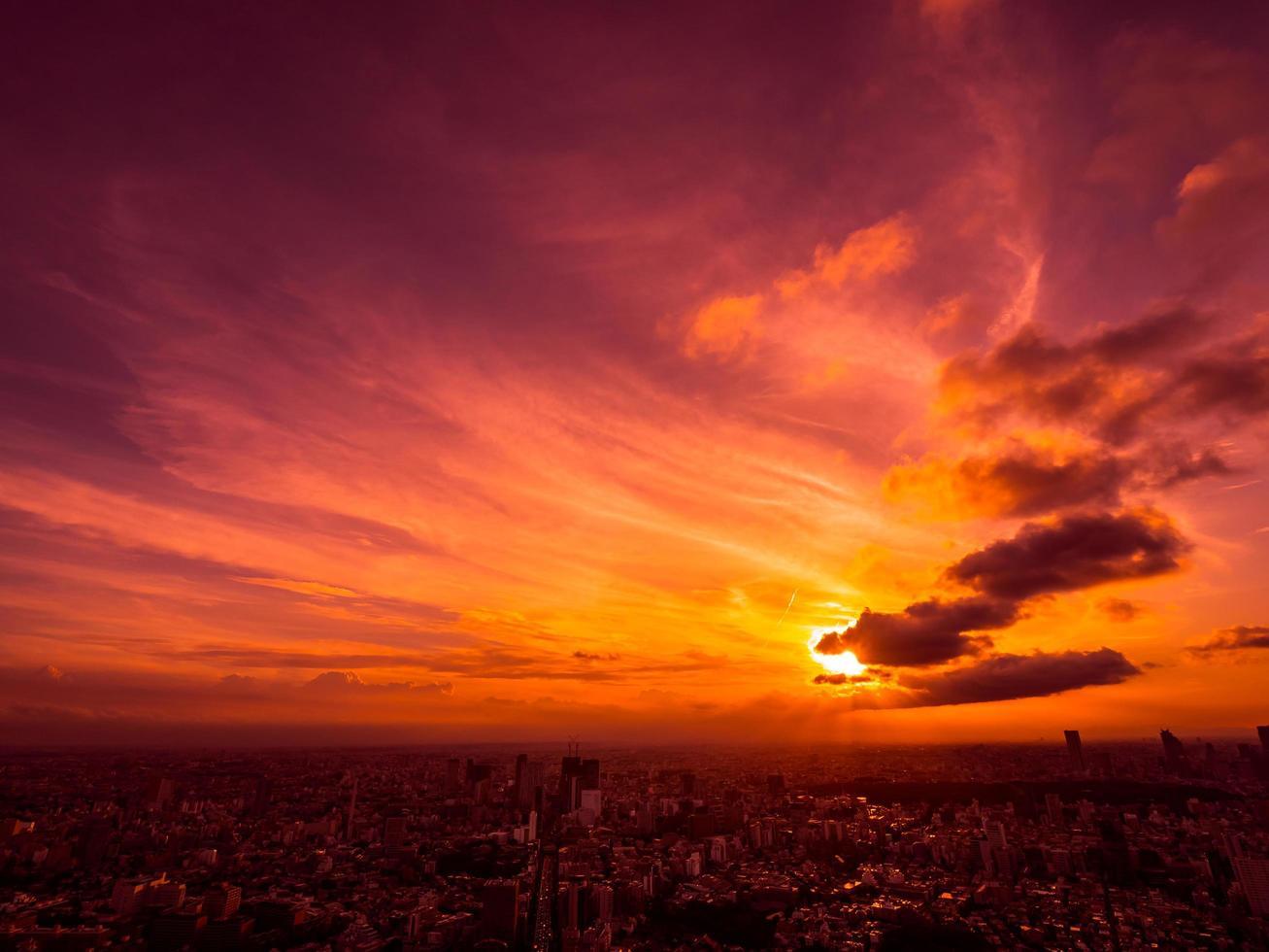 luchtfoto van de stad tokyo bij zonsondergang foto