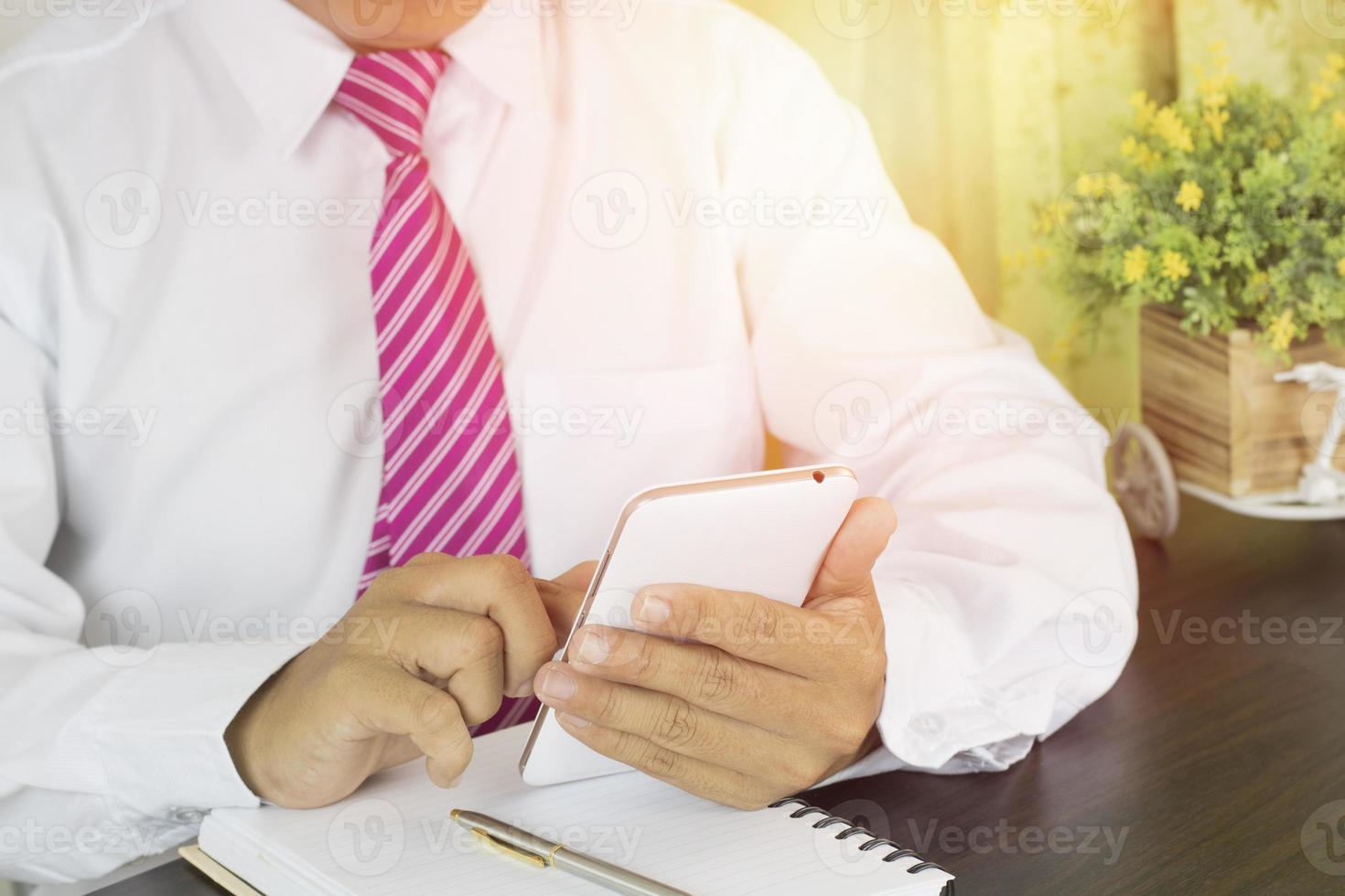 zakenman typen op slimme telefoon foto