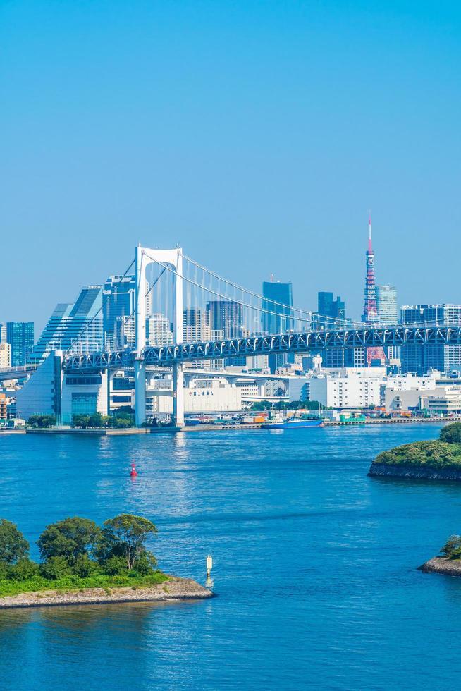 stadsgezicht van de stad Tokio met de regenboogbrug foto