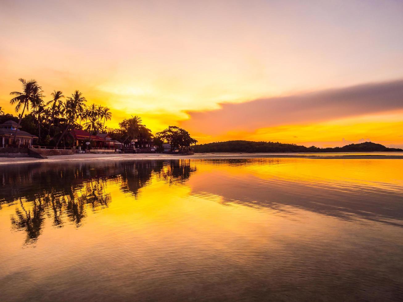 prachtig tropisch strand bij zonsopgang foto