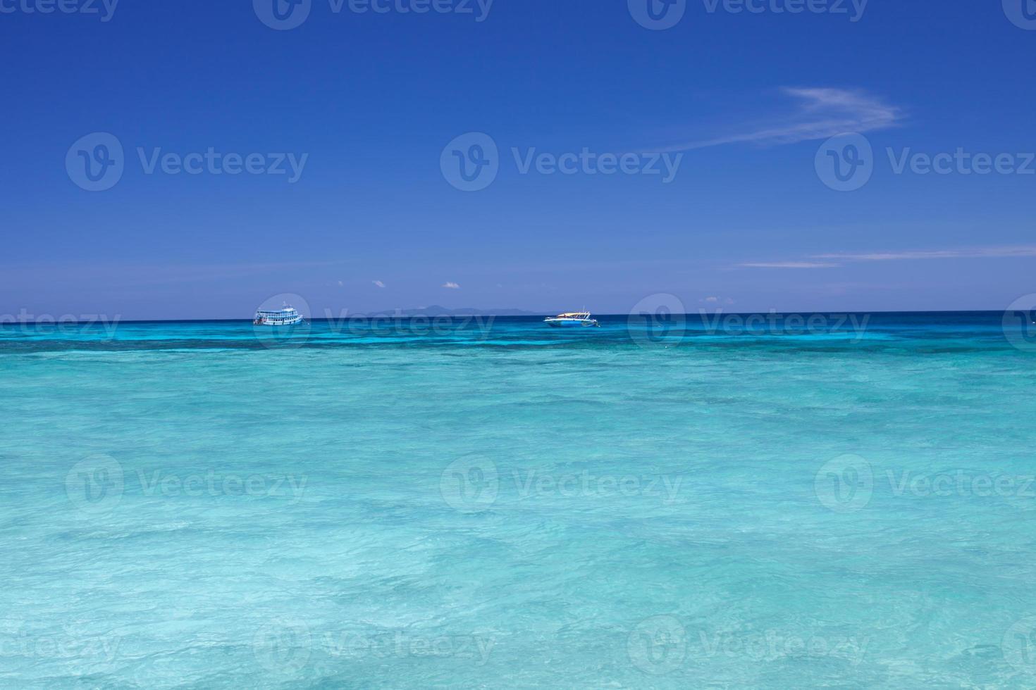 blauw water en lucht foto