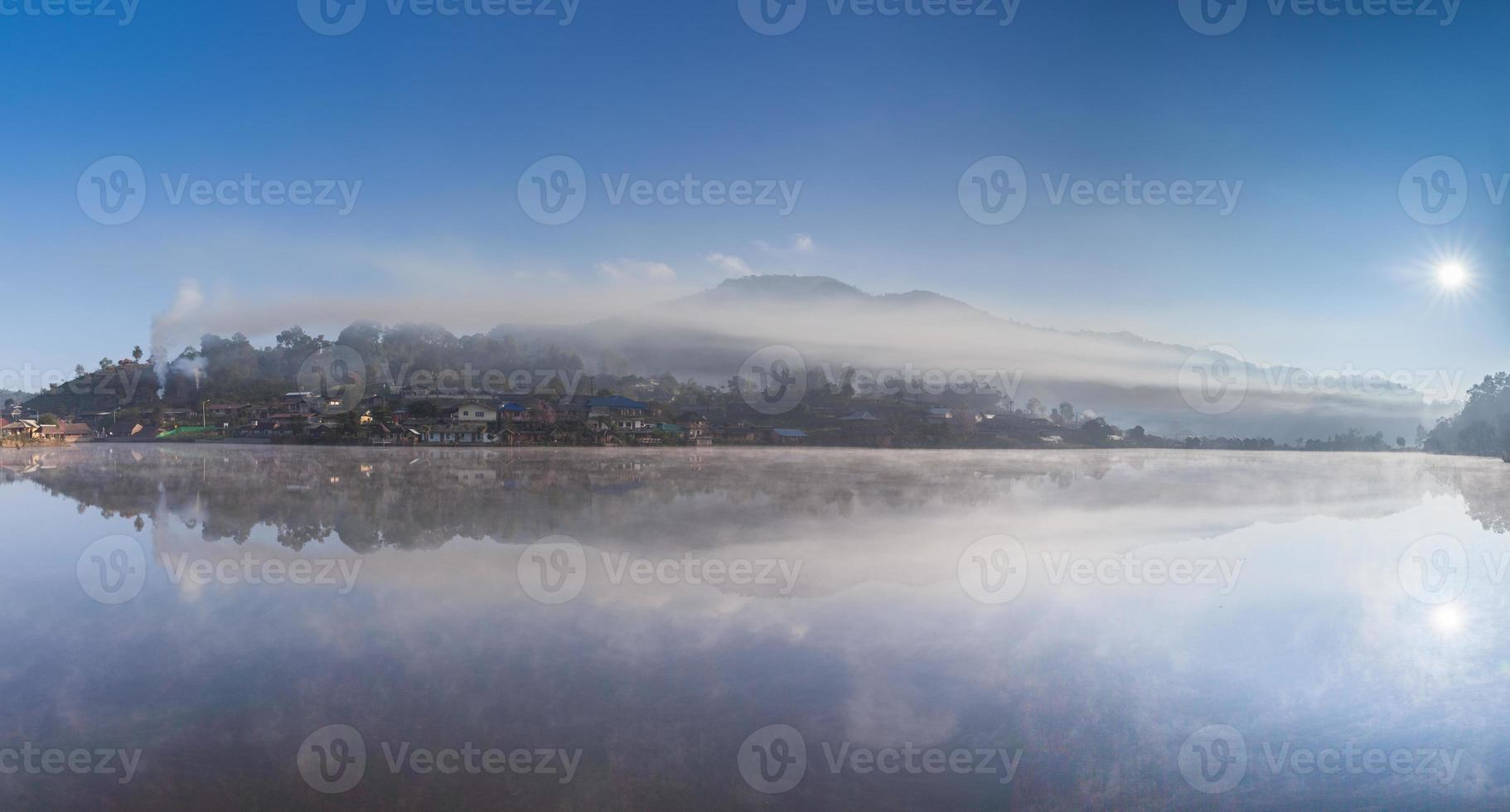 mistig dorp weerspiegeld in water foto