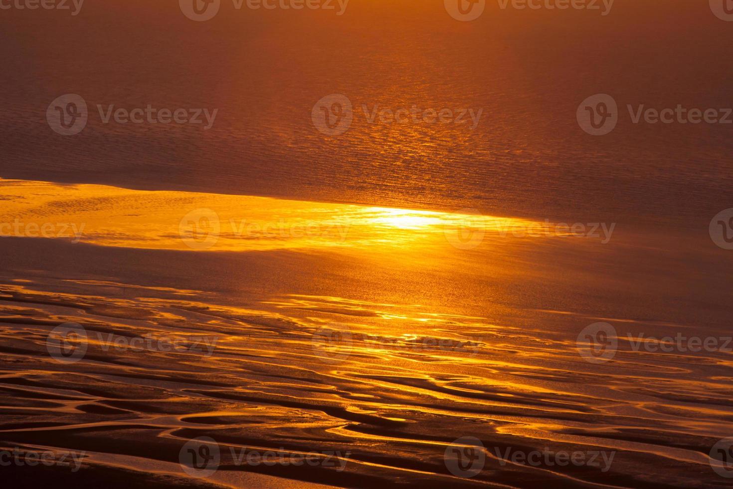 wolken en zonsondergang boven de oceaan foto