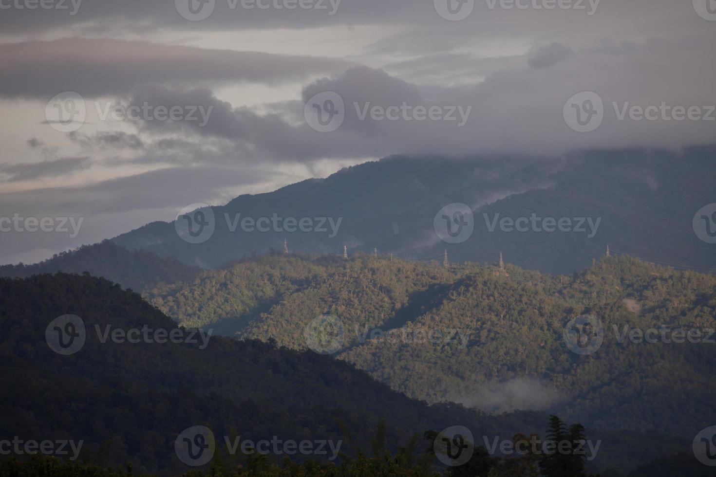 groene bergen op een bewolkte dag foto