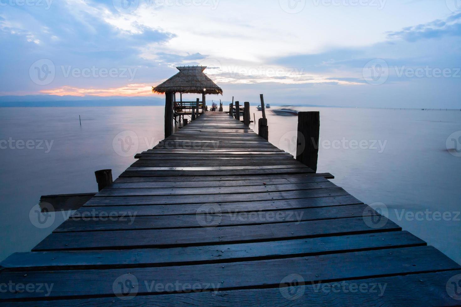 houten loopbrug bij zonsondergang foto