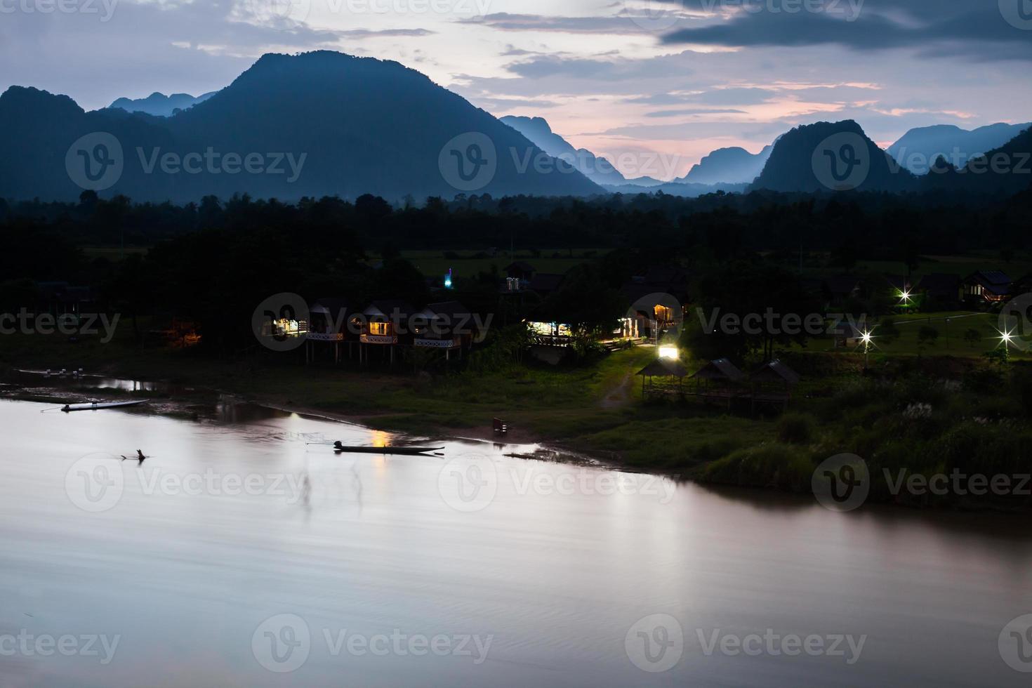 bergen en water op blauw uur foto