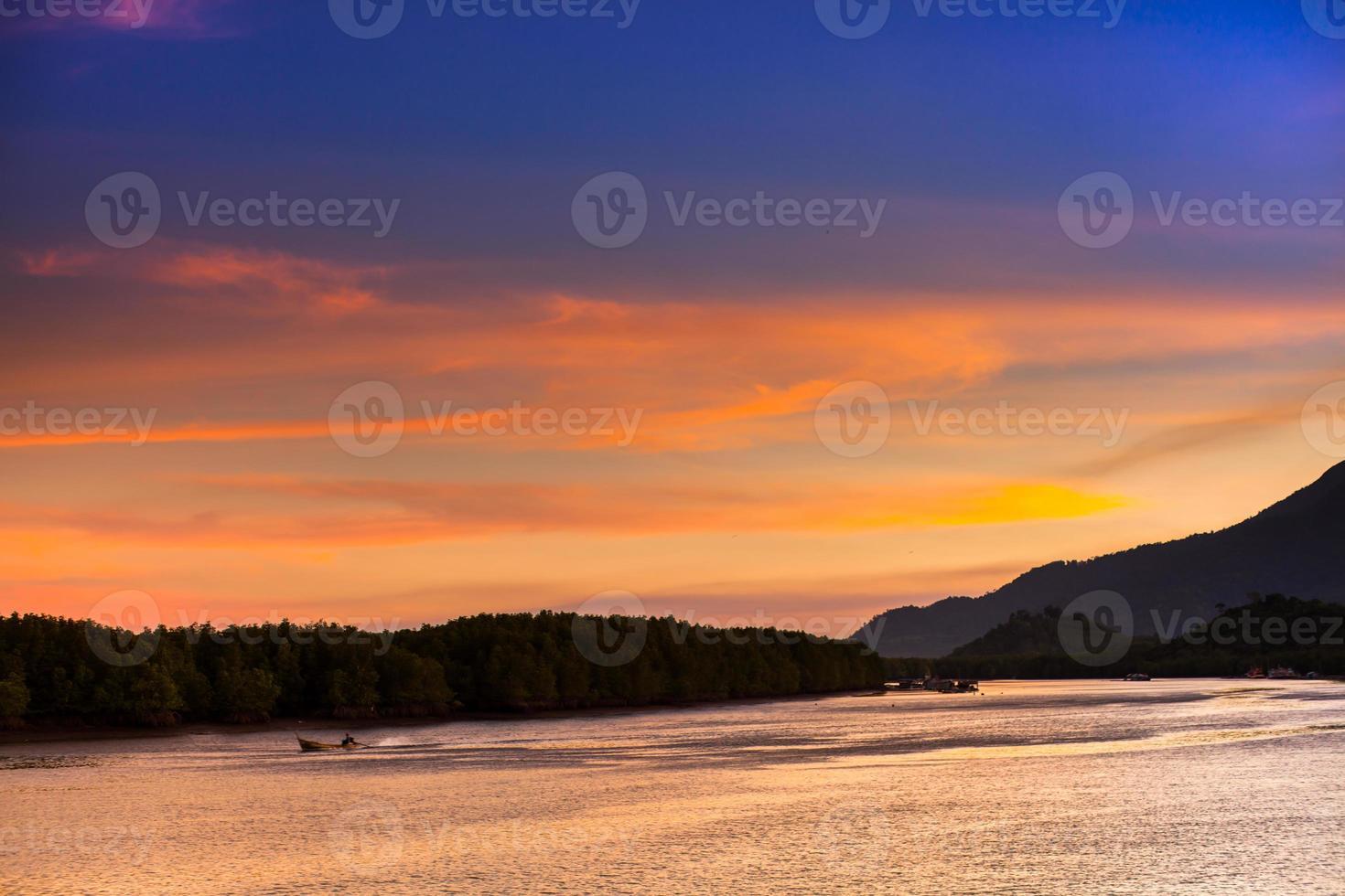 oranje zonsondergang en blauwe hemel foto