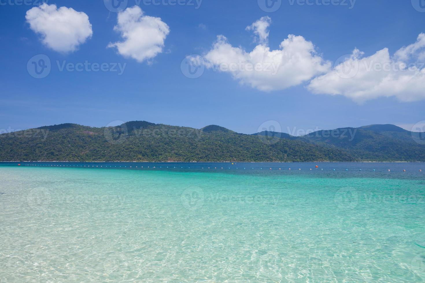 helder blauw water en blauwe lucht foto