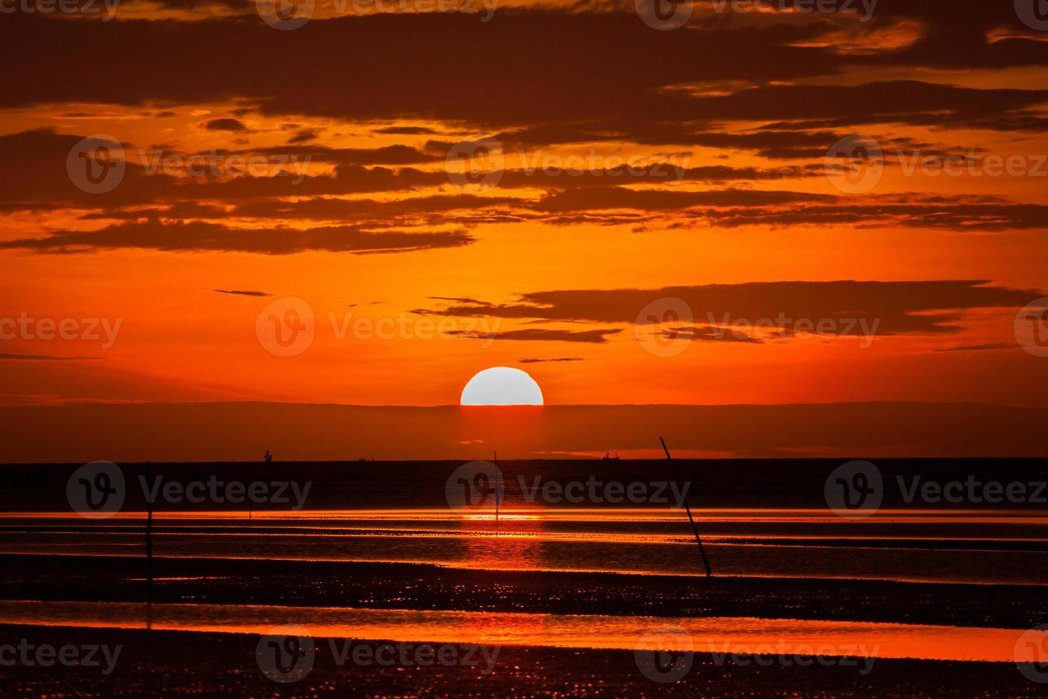 rode zonsondergang op het strand foto