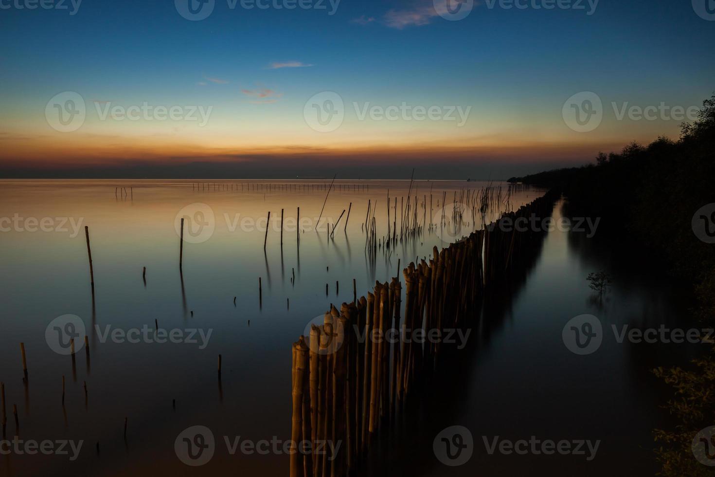 kleurrijke zonsondergang over stilstaand water foto