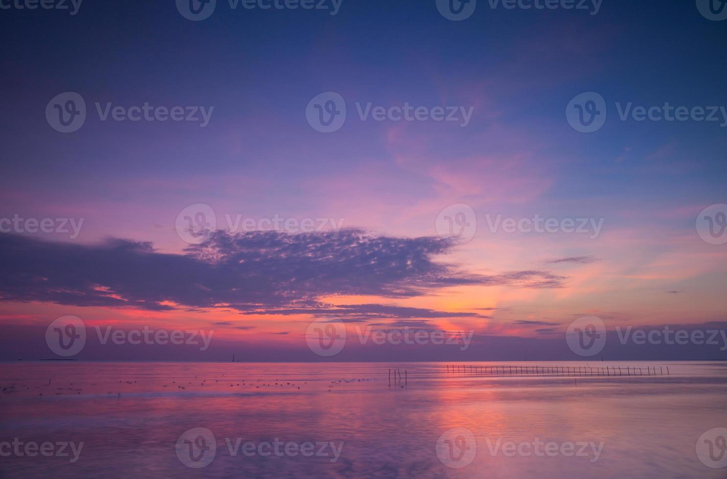 roze en paarse zonsondergang over de oceaan foto