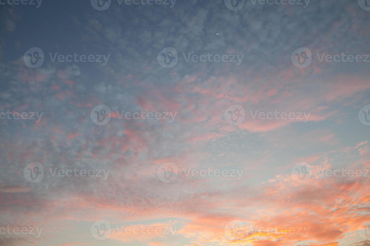 kleurrijke zonsondergangwolken foto