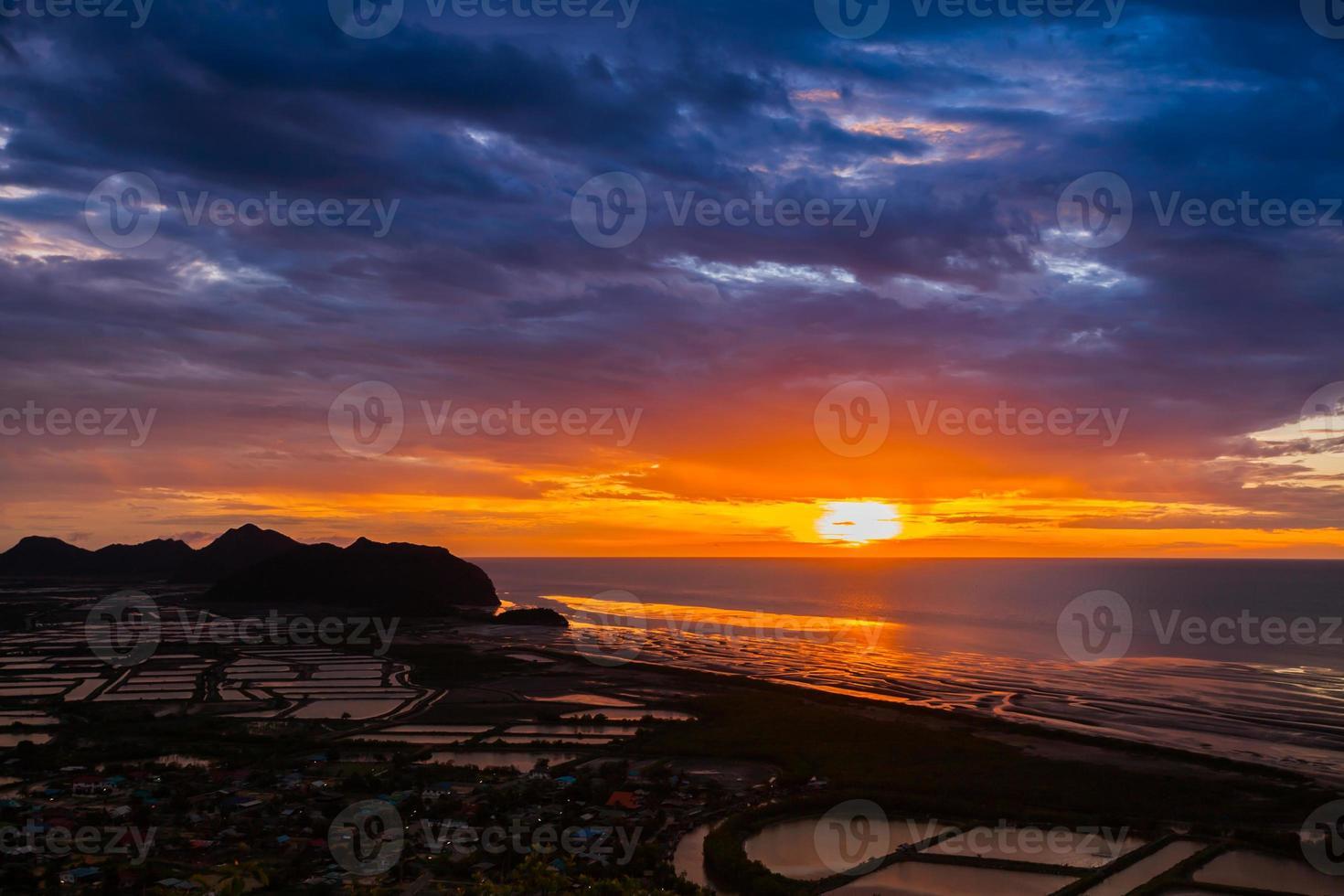 kleurrijke strandzonsondergang foto