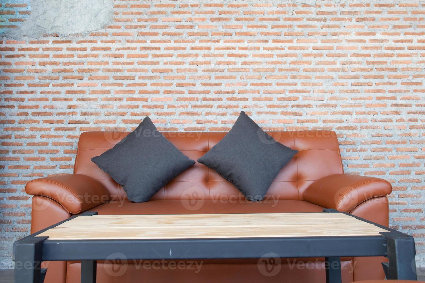 lederen bank met een bakstenen muur bruine achtergrond foto