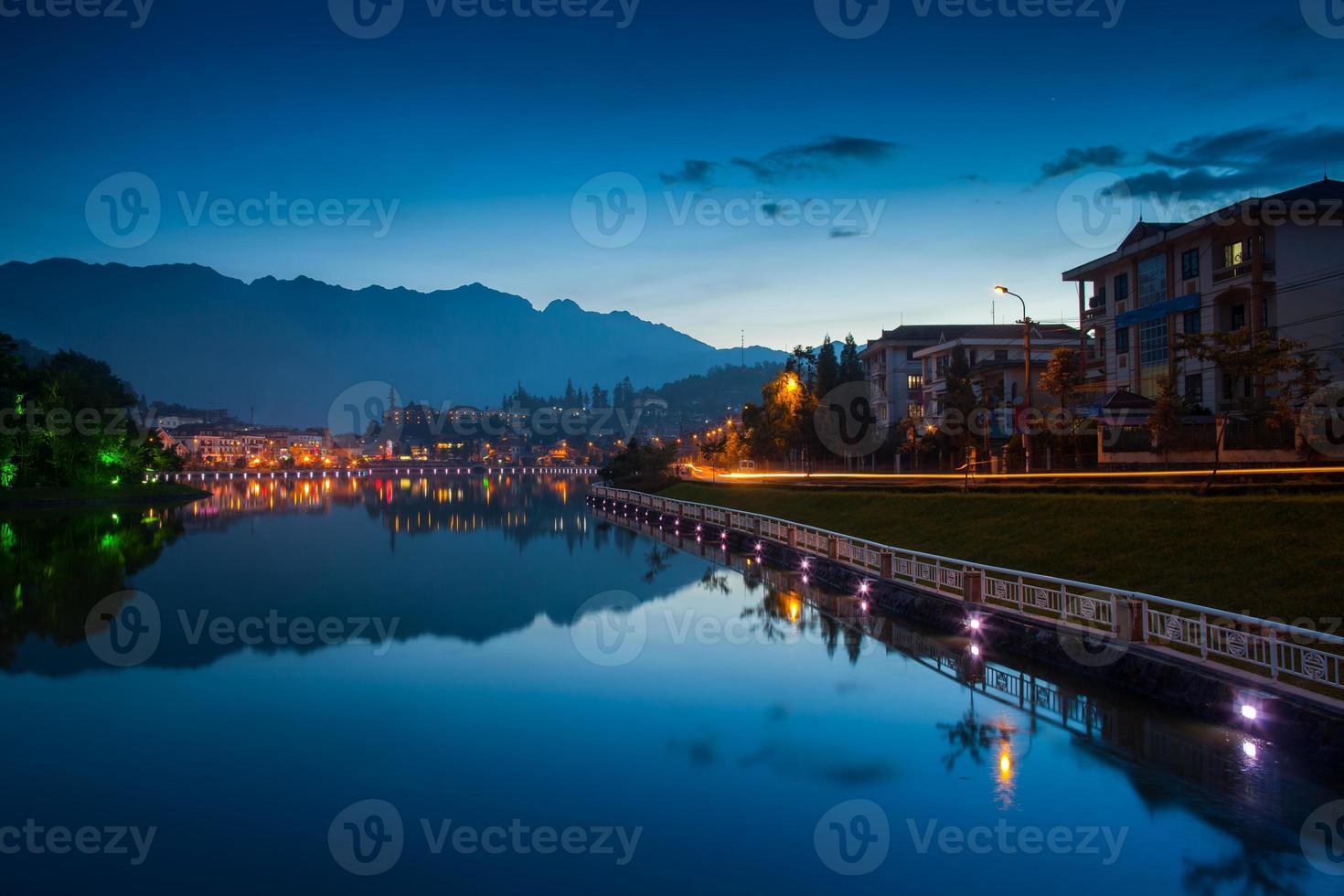 nacht stadsgezicht reflectie op het water foto