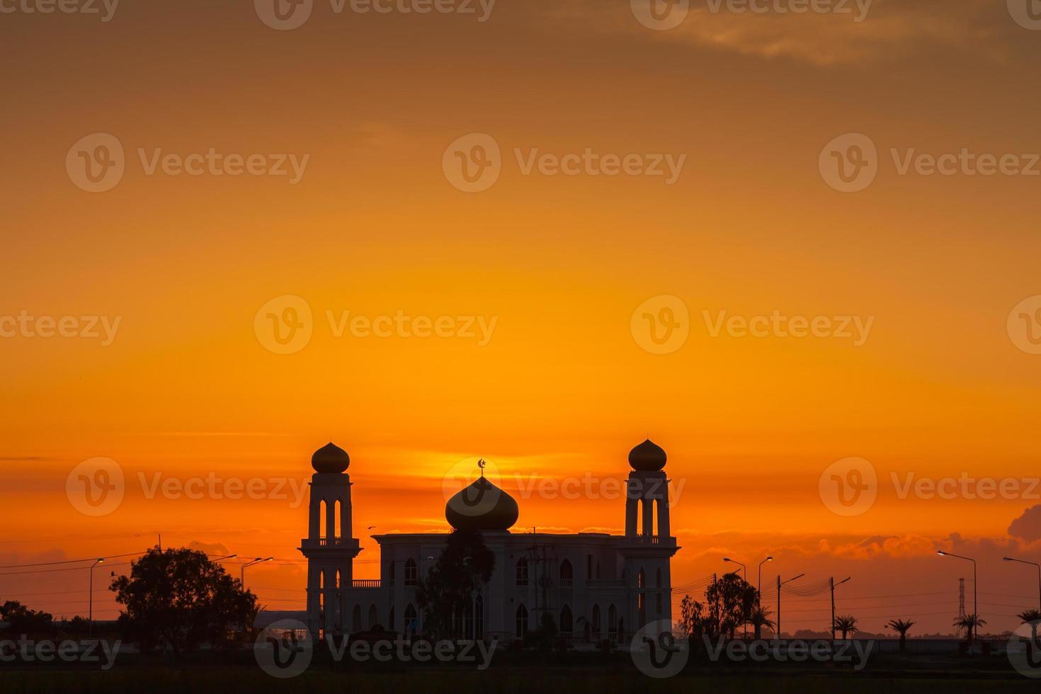 dubai, verenigde arabische emiraten, 2020 - silhouet van de grand bur dubai masjid bij zonsondergang foto