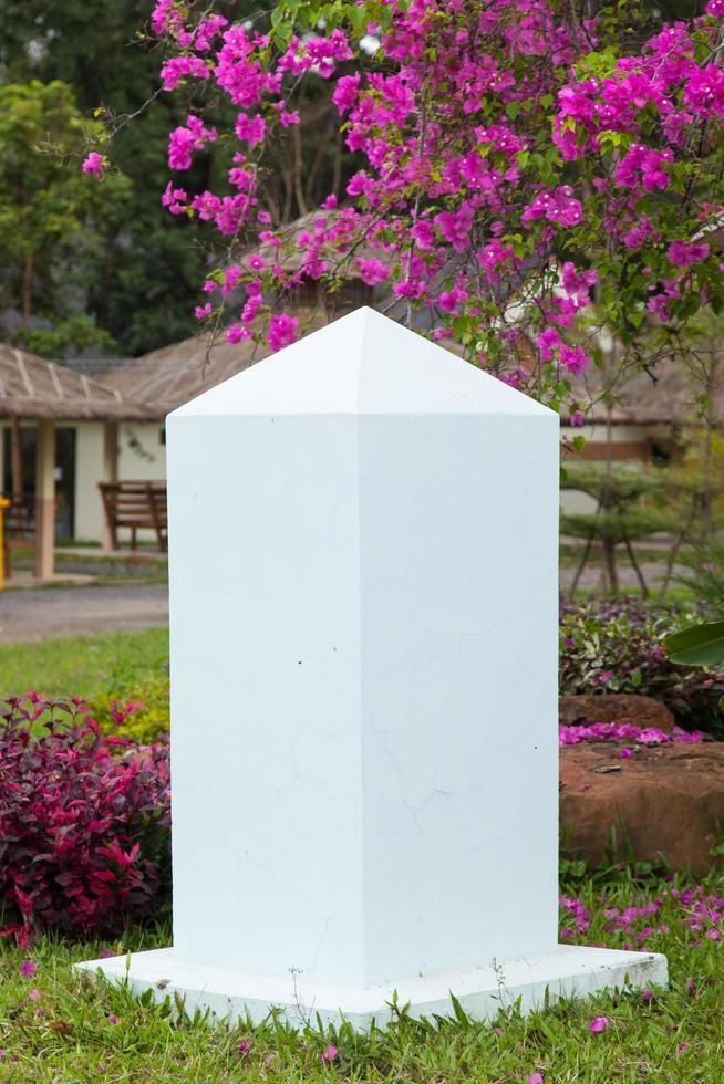 witte stenen pilaar foto