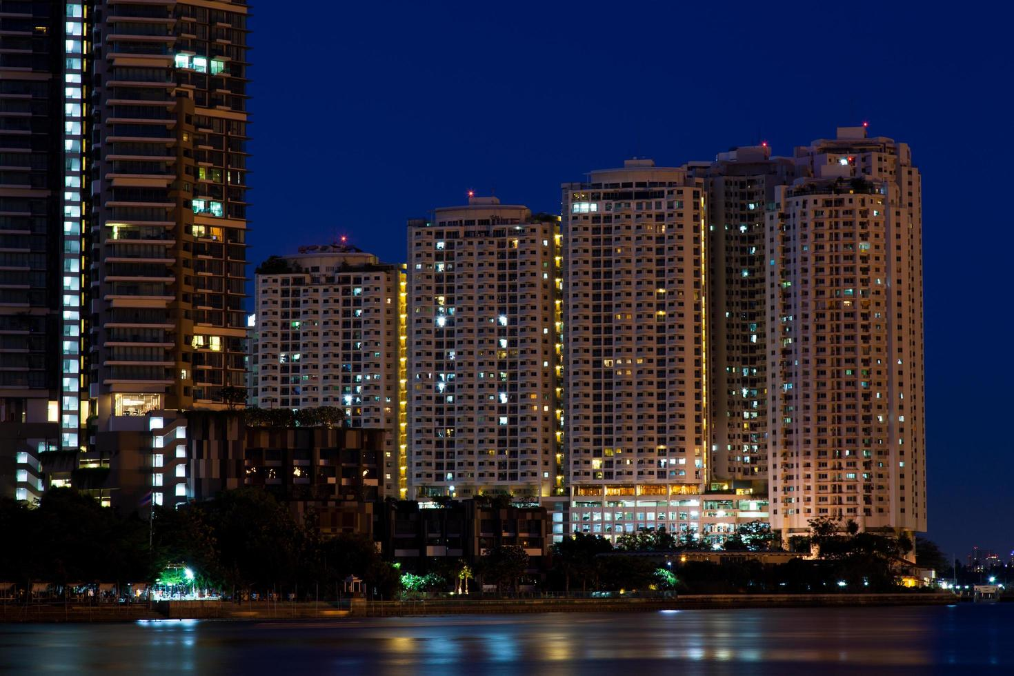 flatgebouwen en wolkenkrabbers 's nachts foto