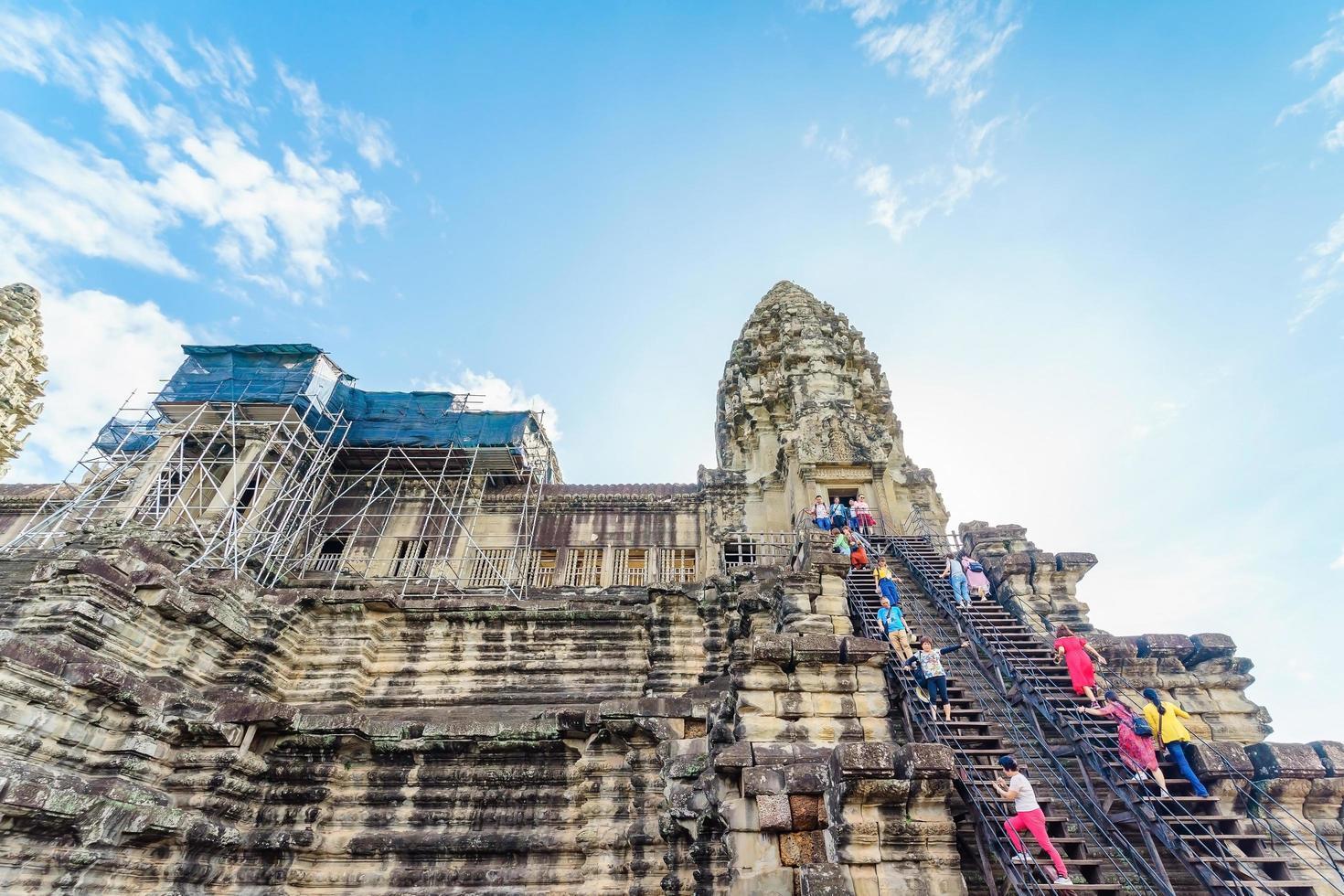 mensen bij de tempel van angkor wat, siem reap, cambodja foto
