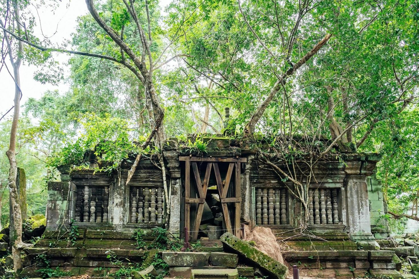 beng mealea tempelruïnes in het midden van bos, siem reap, cambodja foto