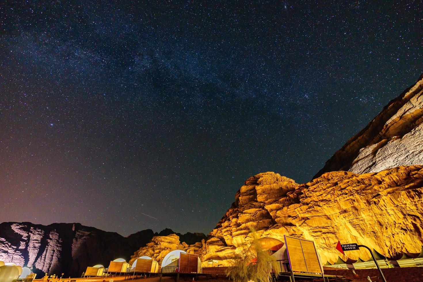 melkweg over de bergen in de wadi rum-woestijn, jordanië foto
