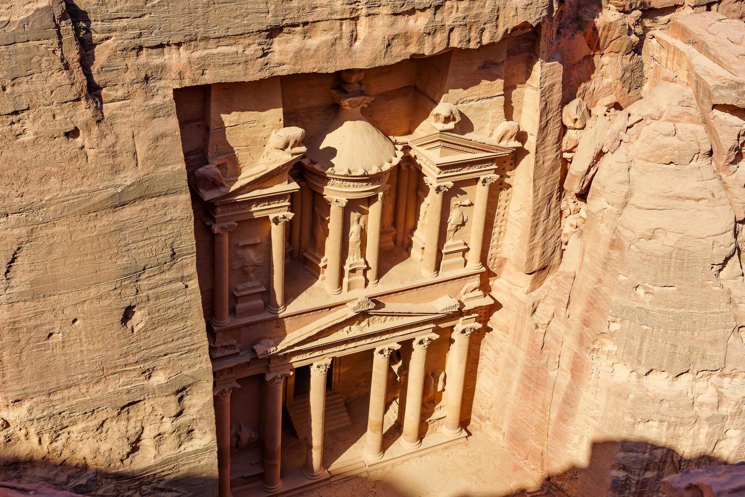 luchtfoto van de schatkist, al Khazneh in de oude stad Petra, Jordanië foto