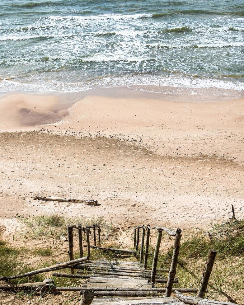 uitzicht op oude houten trappen naar de kust foto