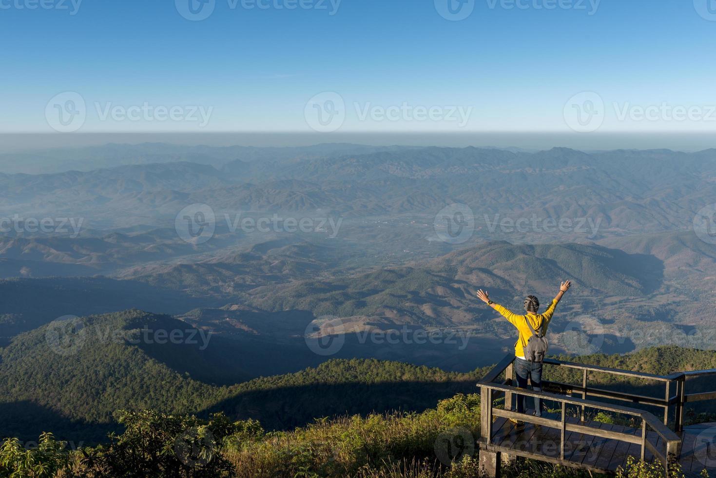 toeristische man staat bij gezichtspunt foto