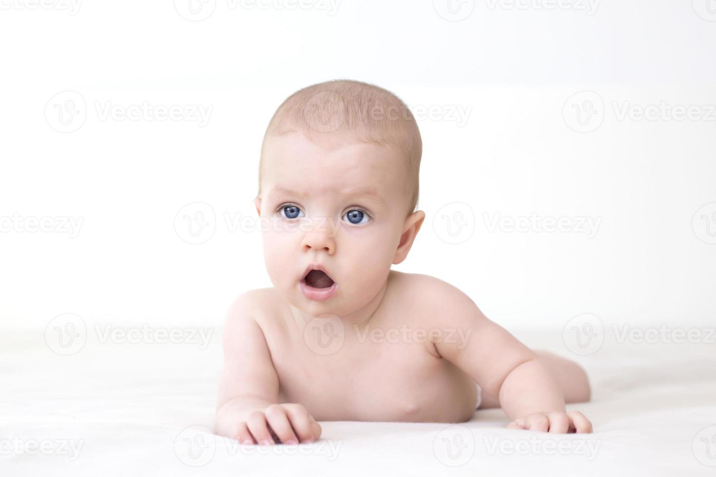 schattige babymeisje liggend op bed foto
