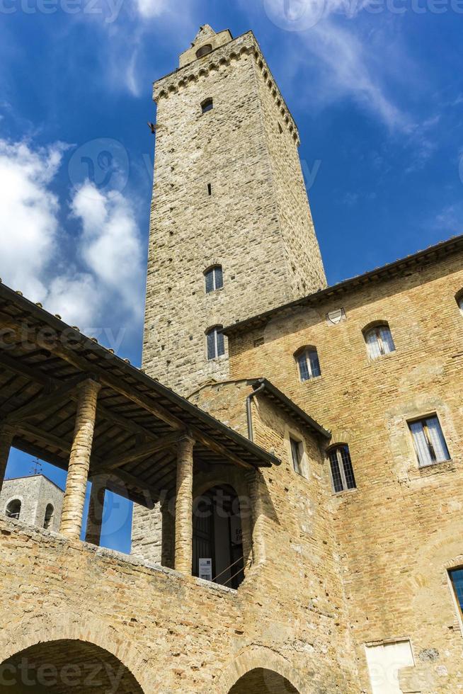 oude stenen torens in San Gimignano in Toscane, Italië foto