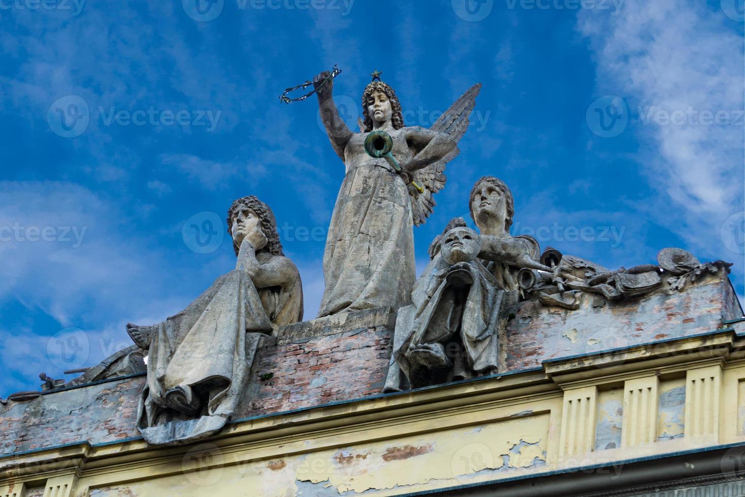 sculpturen op het dak van theater Arena del Sole in Bologna foto