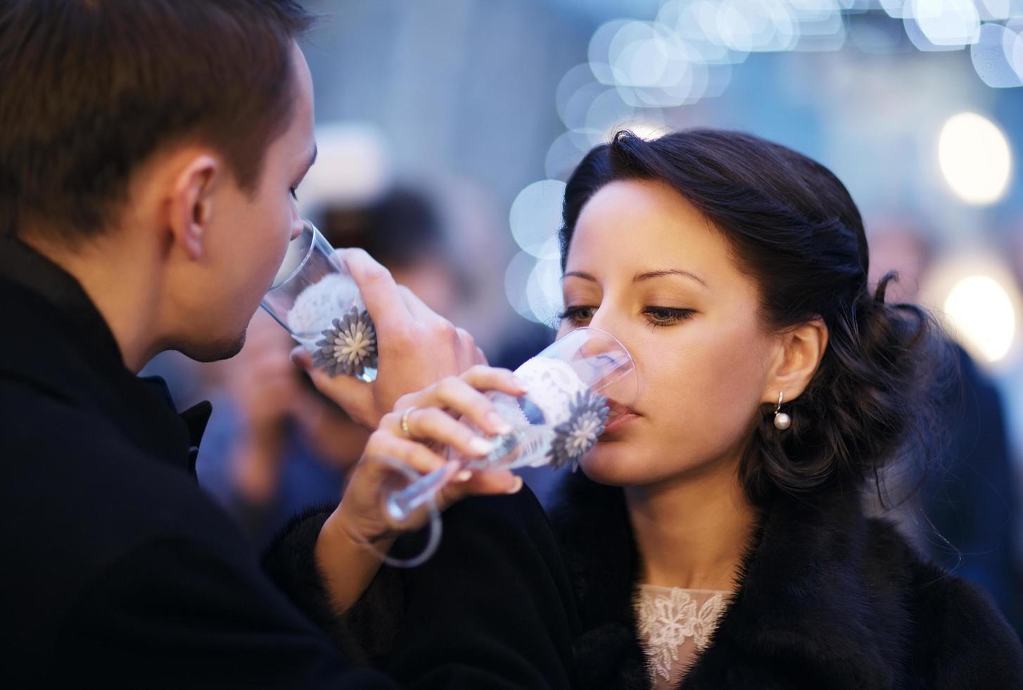 paar elkaar roosteren met champagne foto