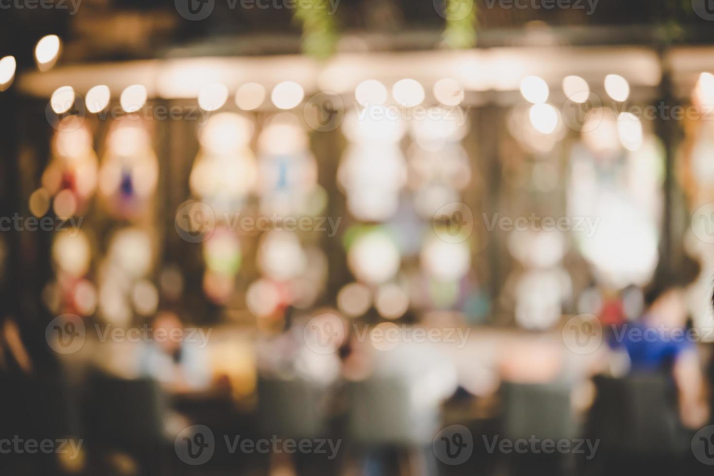 beeld van avondmarktfestival met bokeh vervagen foto