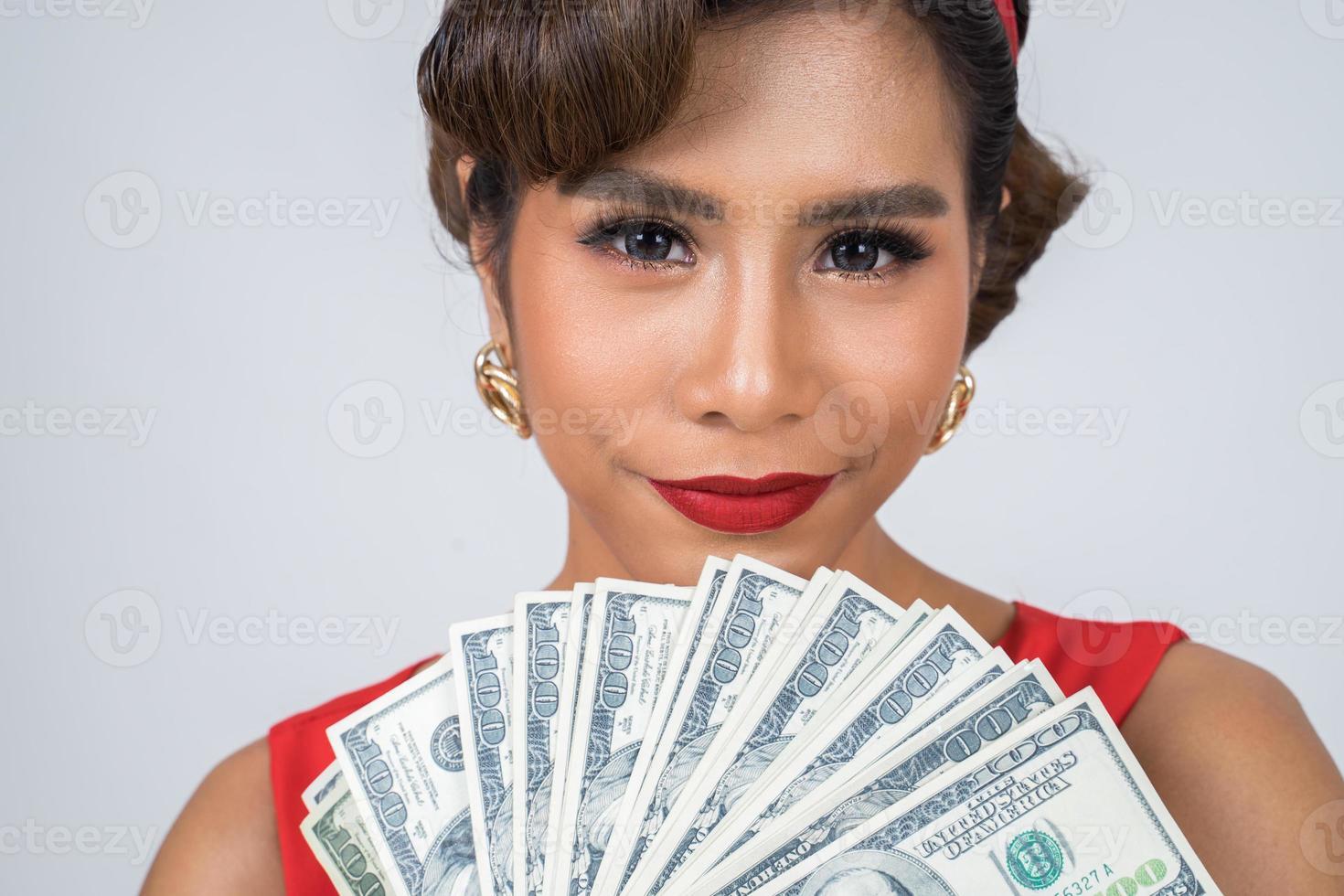 gelukkig mooie vrouw met dollars foto