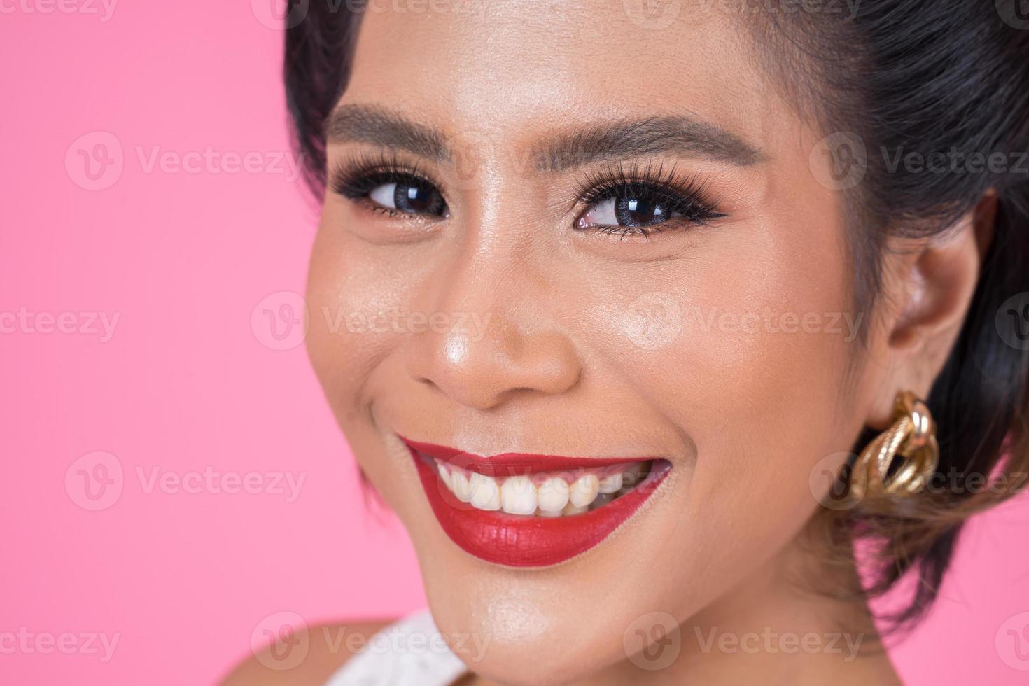 portret van een modieuze vrouw in de studio foto