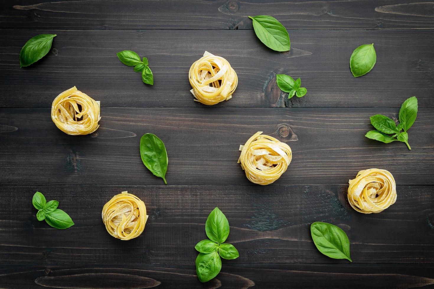 pasta en basilicum op een houten achtergrond foto