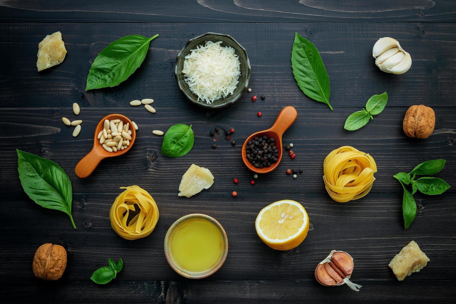 verse ingrediënten van de pastaschotel op een donkere houten achtergrond foto