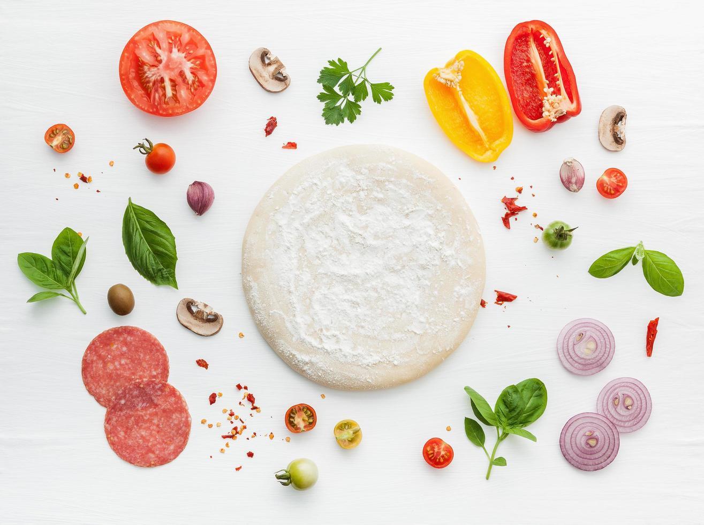 pizza-ingrediënten op wit foto