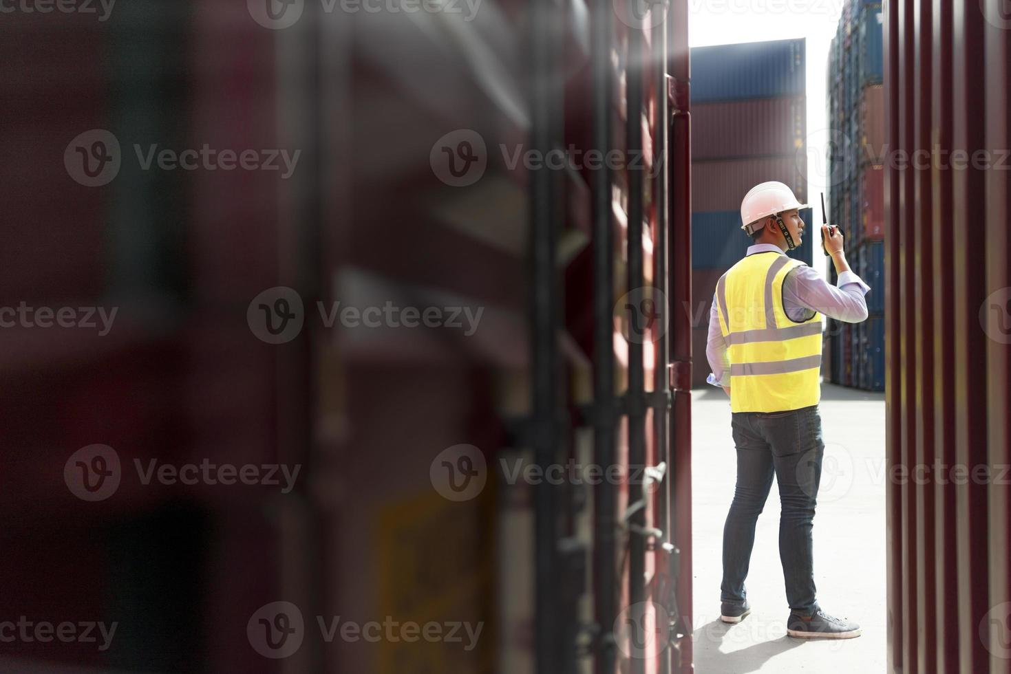 man controlerende laadbak containers foto