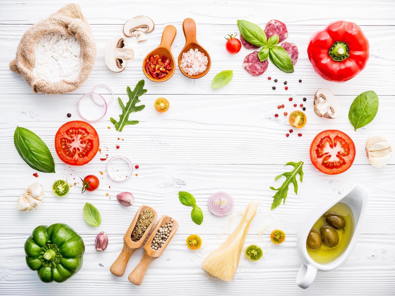 verse pizza-ingrediënten op een witte houten achtergrond foto