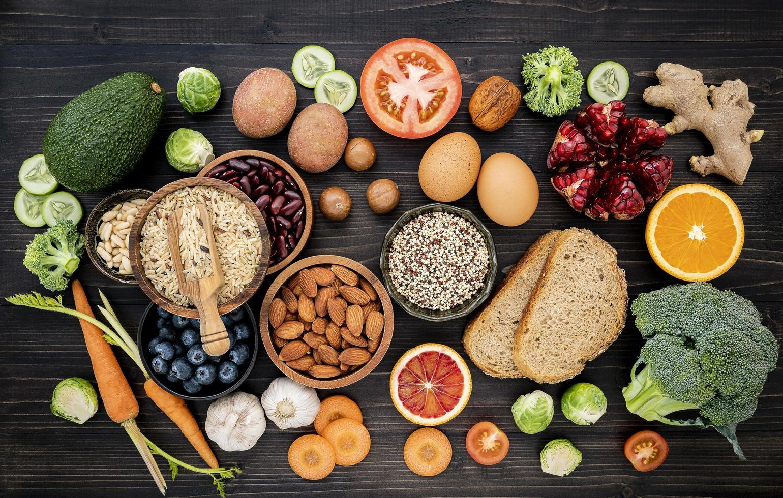 gezonde ingrediënten op een donkere achtergrond foto