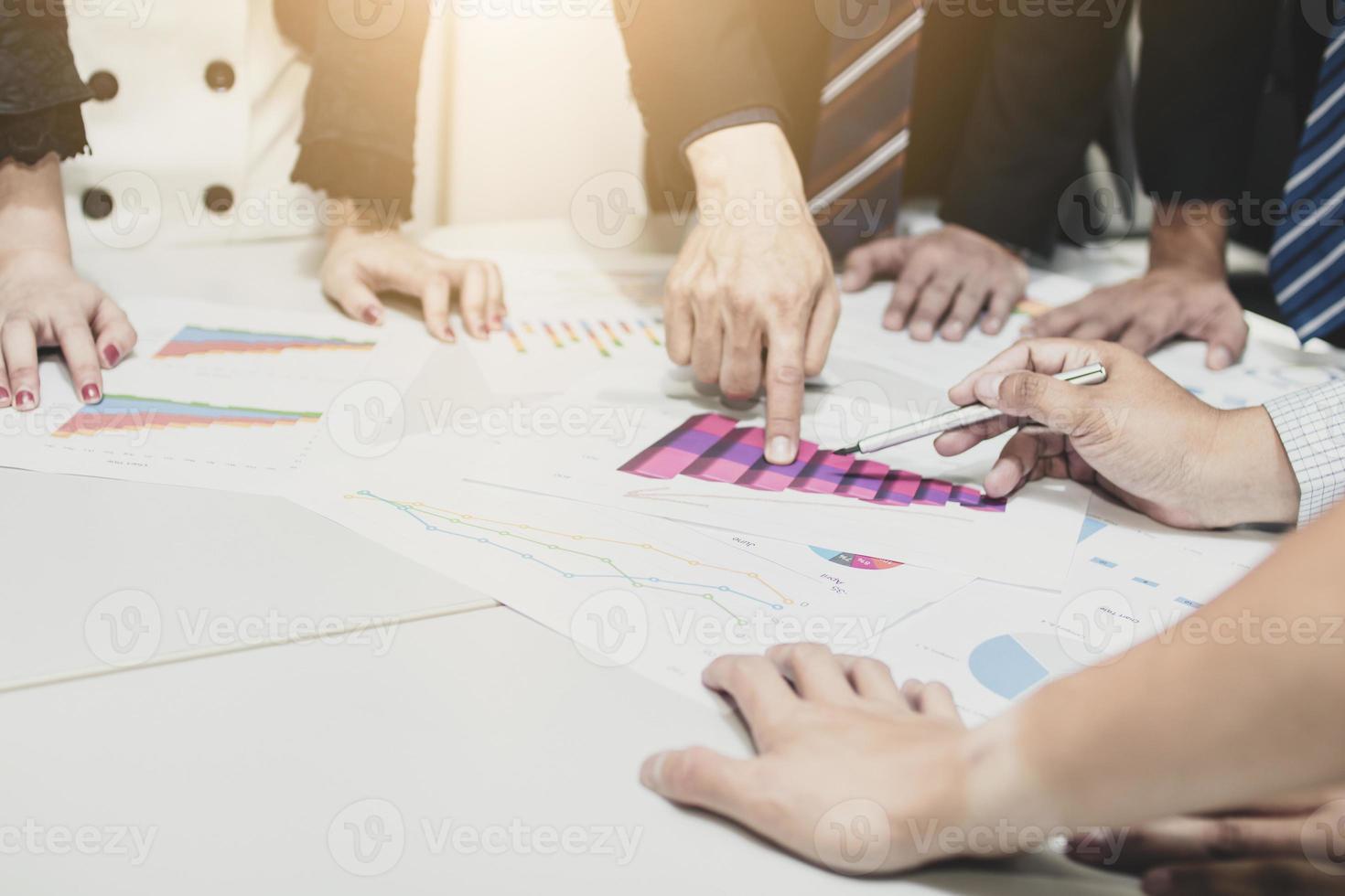 groep mensen uit het bedrijfsleven plannen en analyseren aan een vergadertafel foto