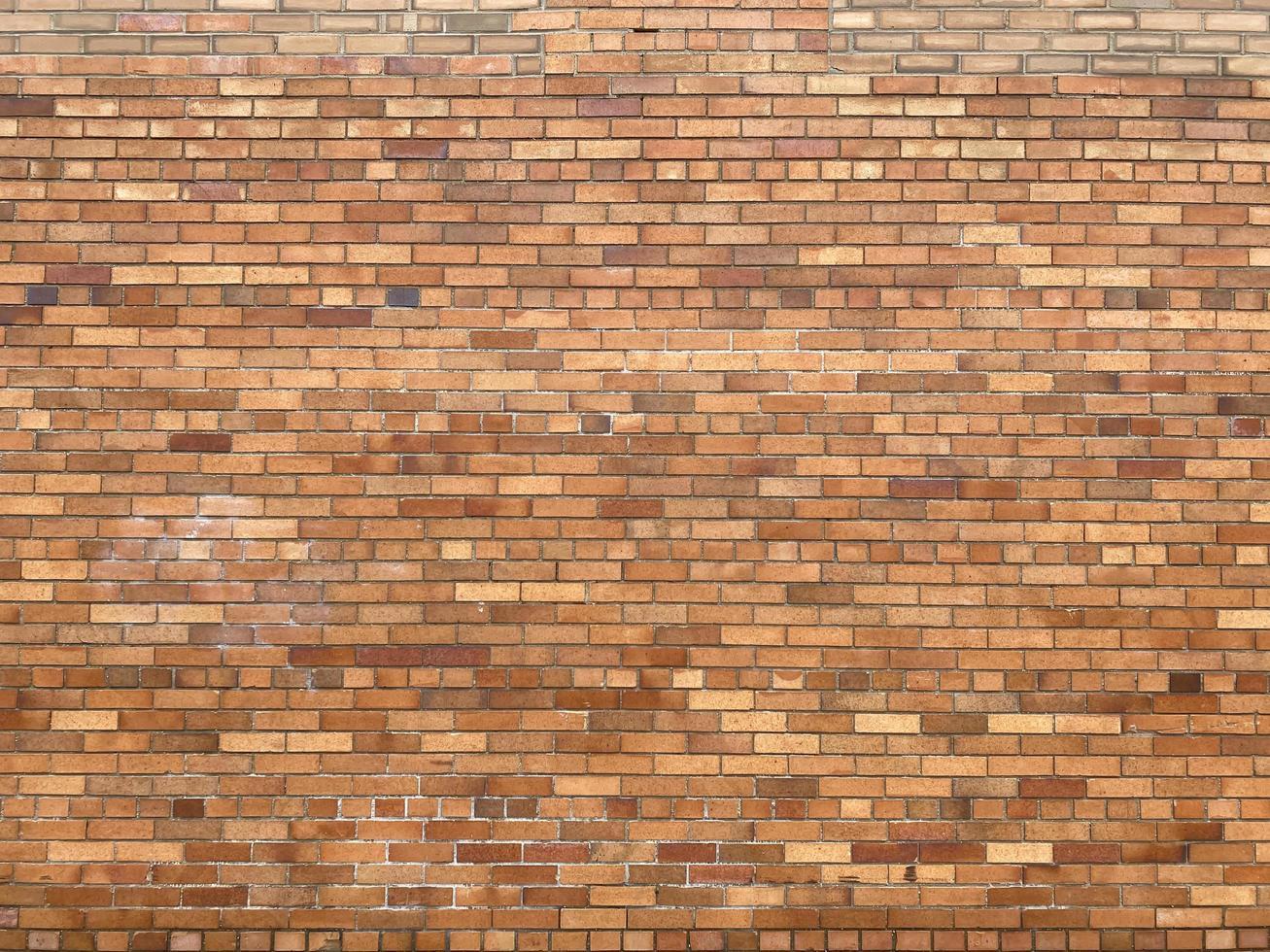 oude muur met gele en bruine bakstenen foto