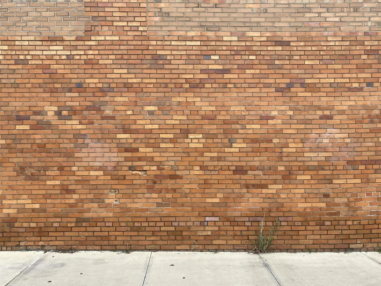 gele bakstenen muur met oude bakstenen foto