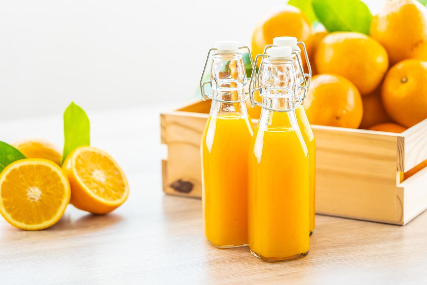 vers sinaasappelsap en sinaasappels foto