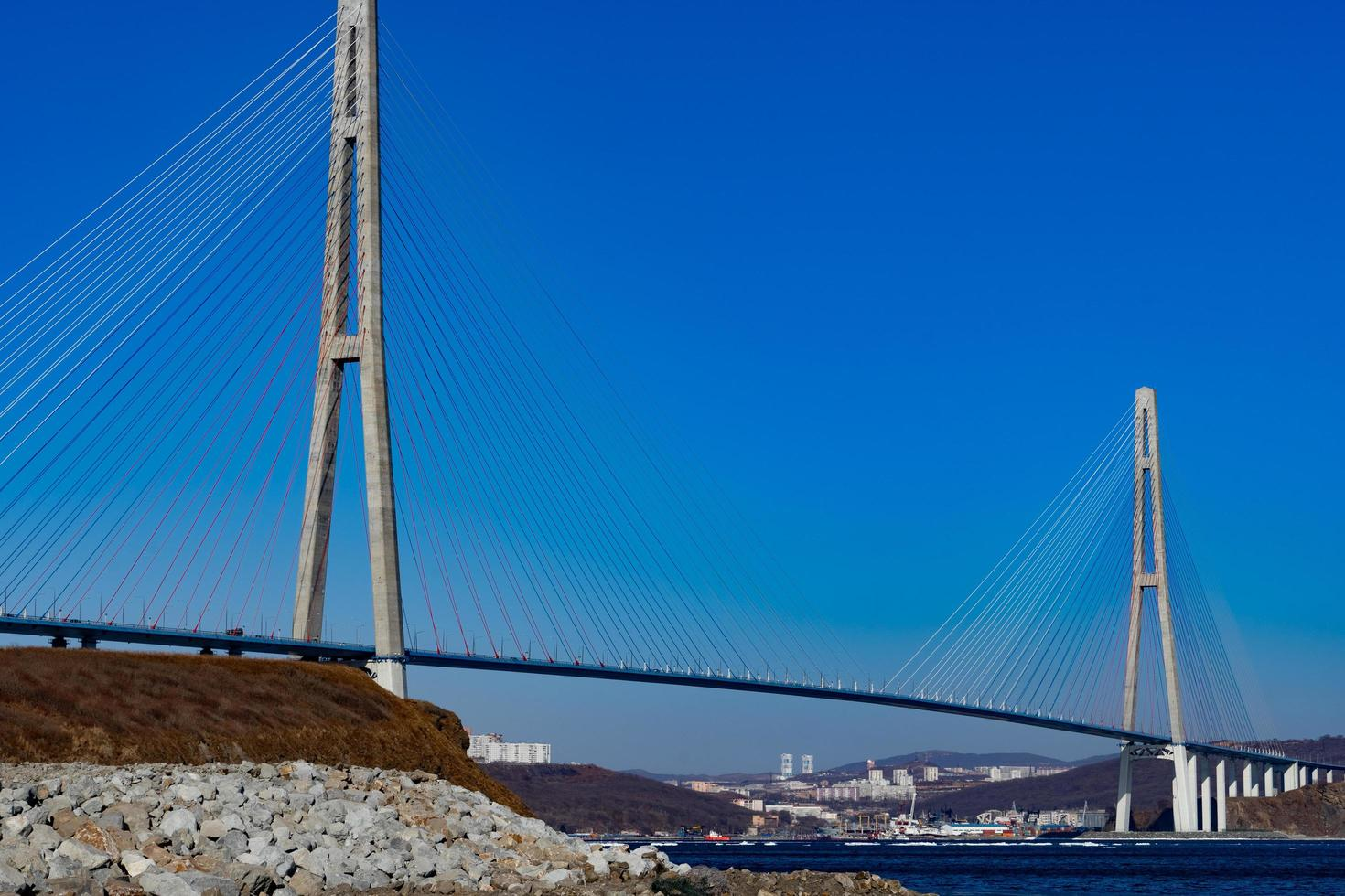 zolotoy brug met heldere blauwe hemel in Vladivostok, Rusland foto