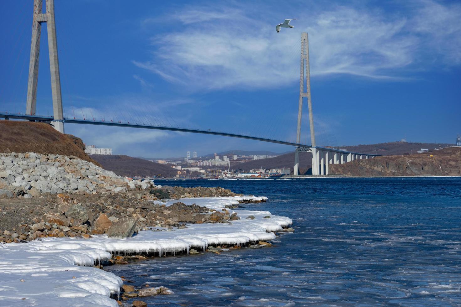 zolotoy brug met bewolkte blauwe hemel in Vladivostok, Rusland foto