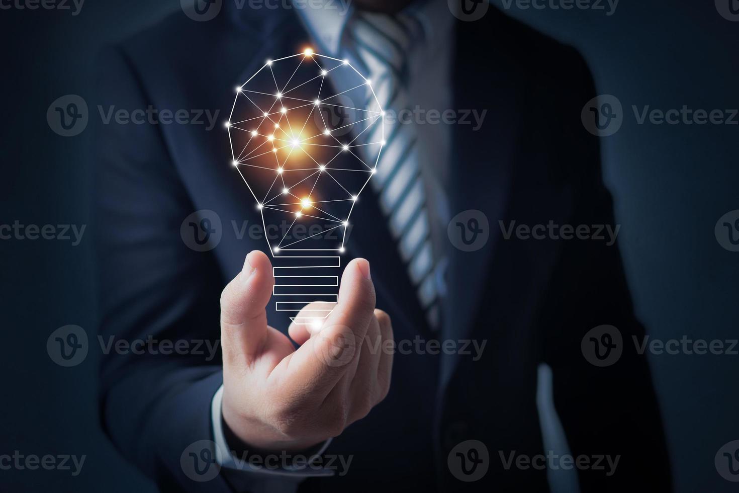innovatieconcept, bedrijfspersoon die een gloeilamp houdt foto