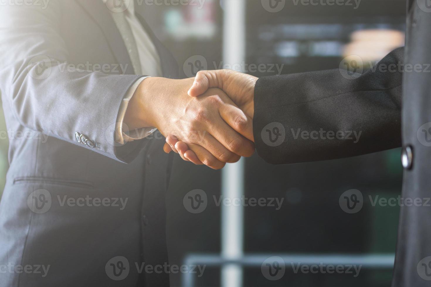 mensen uit het bedrijfsleven handen schudden foto